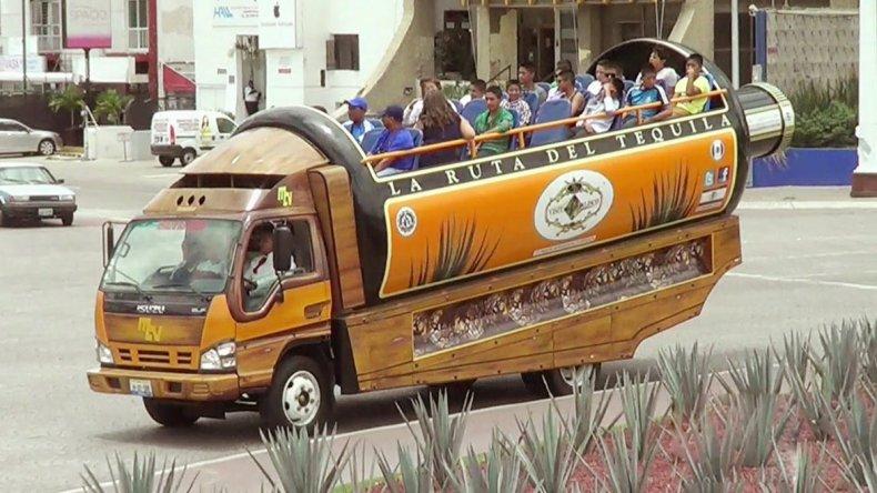 Uno de los atractivos que más divierte a los turistas es el paseo en el comúnmente denominado Tequilabus.