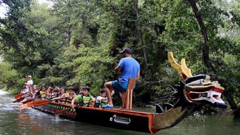 Es ideal para quienes no tienen experiencia en actividades náuticas y permite el contacto directo con la naturaleza.