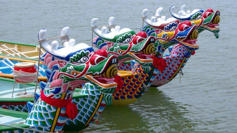 Según la tradición china se deben utilizar embarcaciones de 10 o 20 palistas adornadas con una cabeza de dragón en la proa y una cola del mismo animal en la popa.