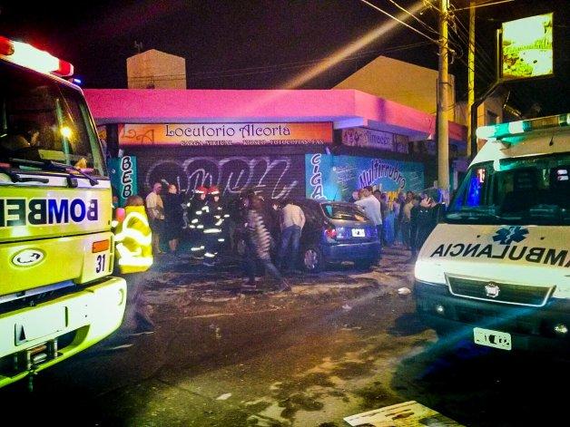 El Chevrolet Celta impactó contra un locutorio del barrio José Fuchs luego de colisionar contra una Mitsubishi Montero.