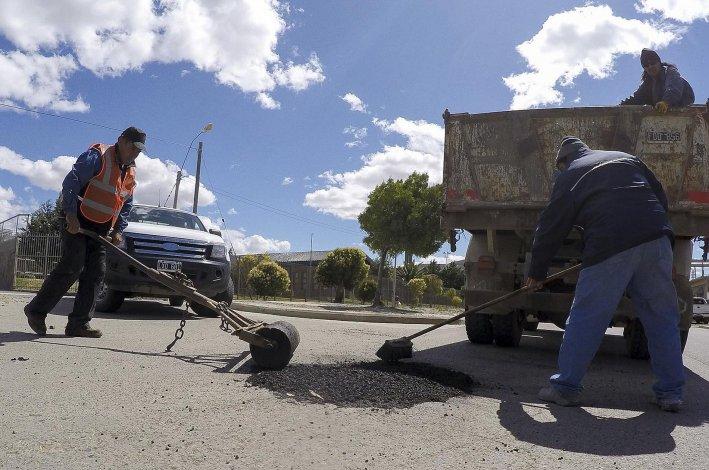 El municipio desarrolló trabajos de bacheo en la avenida Lisandro de la Torre