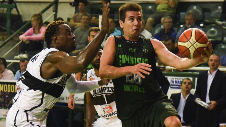 Leonel Schattmann llega para convertir de dos puntos marcado por Justin Williams en el partido que Gimnasia Indalo le ganó el sábado a Olímpico.