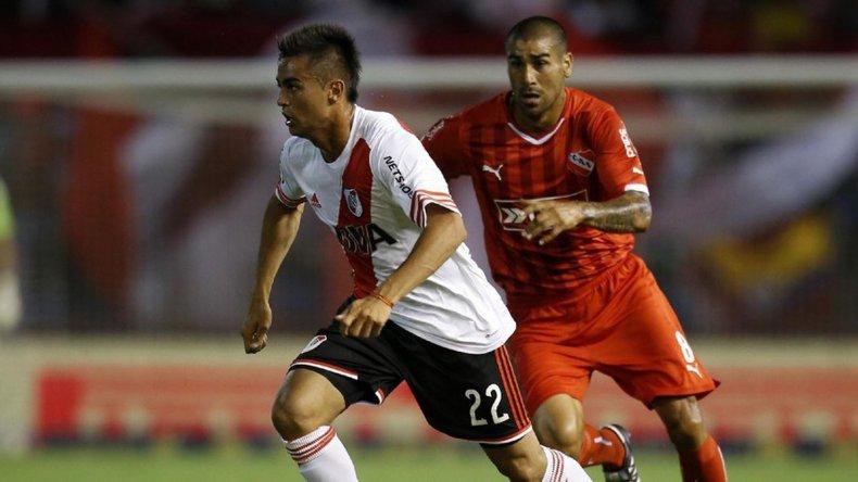 Gonzalo Martínez y Jesús Méndez en un clásico entre River e Independiente.
