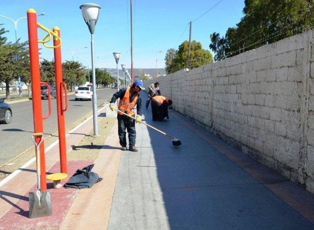 La Municipalidad de Comodoro Rivadavia refuerza el mantenimiento de espacios públicos para que puedan ser aprovechados por los vecinos.