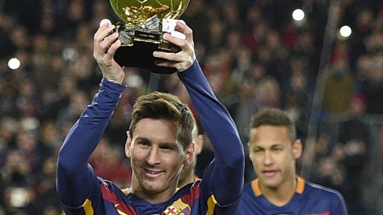 Messi presentó ante el público catalán su quinto Balón de Oro