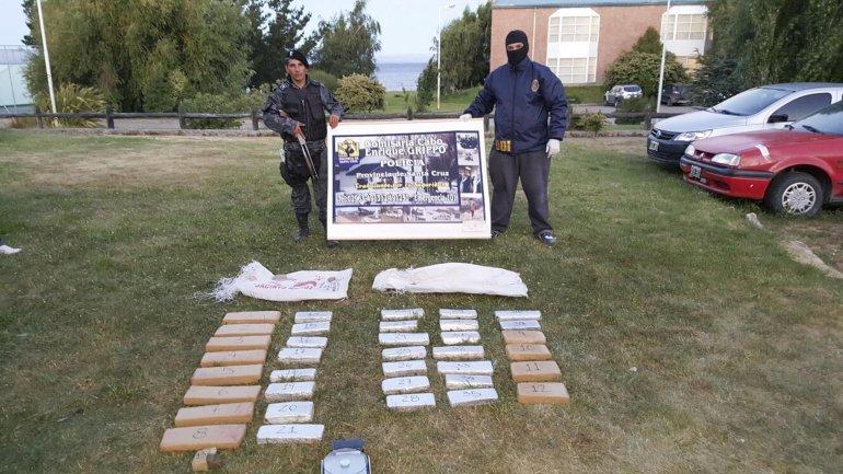 Personal de la División de Investigaciones de la Policía de Santa Cruz muestra el cargamento de marihuana que transportaba un bombero policía que se halla prófugo y que es intensamente buscado.