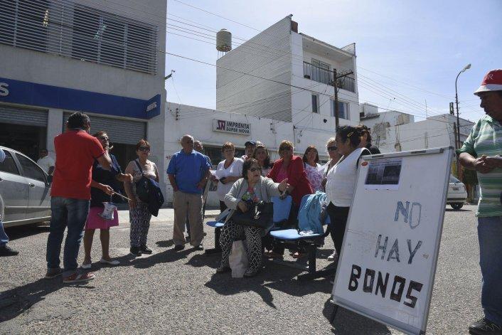 Ayer los jubilados volvieron a cortar la calle San Martín ante la falta de bonos gratuitos para el transporte público que distribuye el Gobierno provincial.