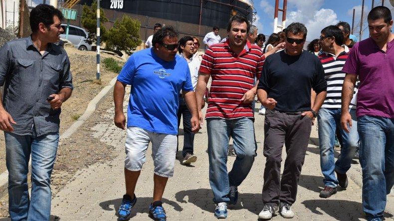 El intendente Prades acudió ayer al barrio Mar del Plata para anunciar obras y entregar un subsidio.