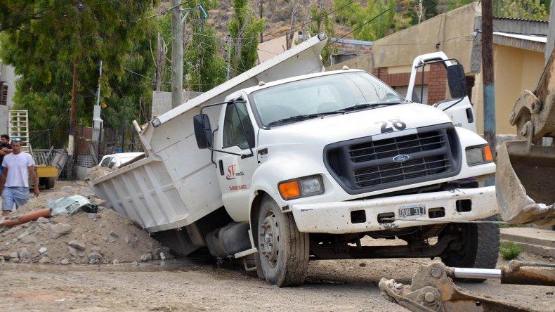 Una pérdida subterránea de agua se convirtió en una trampa para el camión.