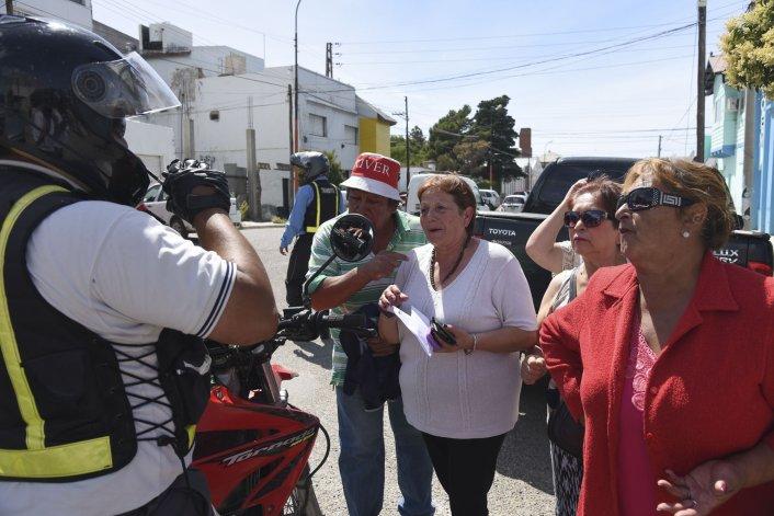 Ayer los jubilados volvieron a cortar la calle San Martín ante la falta de bonos gratuitos. Foto: Mauricio Macretti / El Patagónico
