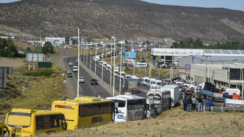 Trabajadores petroleros en el segundo día de panfleteada. Foto: Mauricio Macretti / El Patagónico.