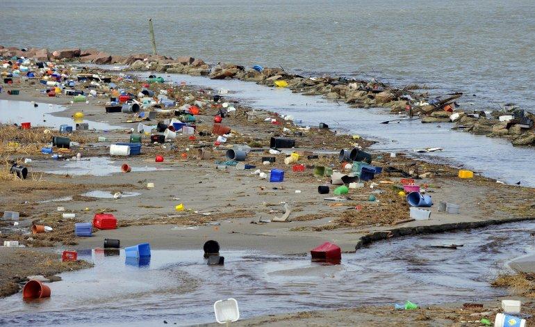 La contaminación con plásticos que presentan algunos océanos en el mundo.