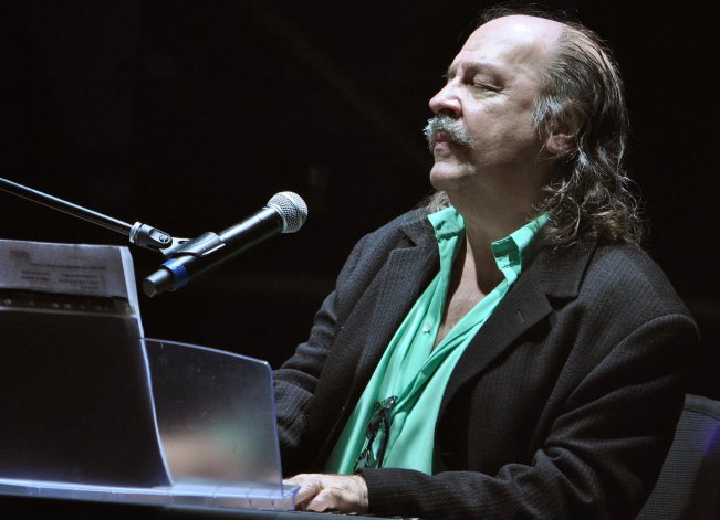 Litto Nebbia permanece internado en Montevideo.