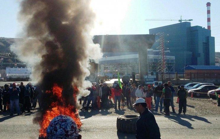 Obreros de la UOCRA mantenían bloqueada ayer la Central Termoeléctrica y también los accesos a las dos principales localidades de la Cuenca Carbonífera.
