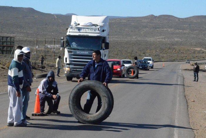 Uno de los piquetes se instaló en el tramo de la Ruta 12 que une Caleta Olivia con Cañadón Seco. El restante se ubicó en el acceso sur
