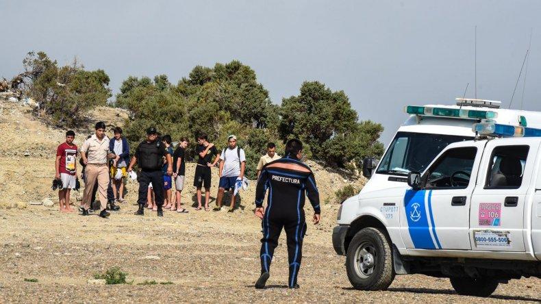 Mientras llegaban los rescatistas dos adolescentes sacaron al joven que se ahogaba.