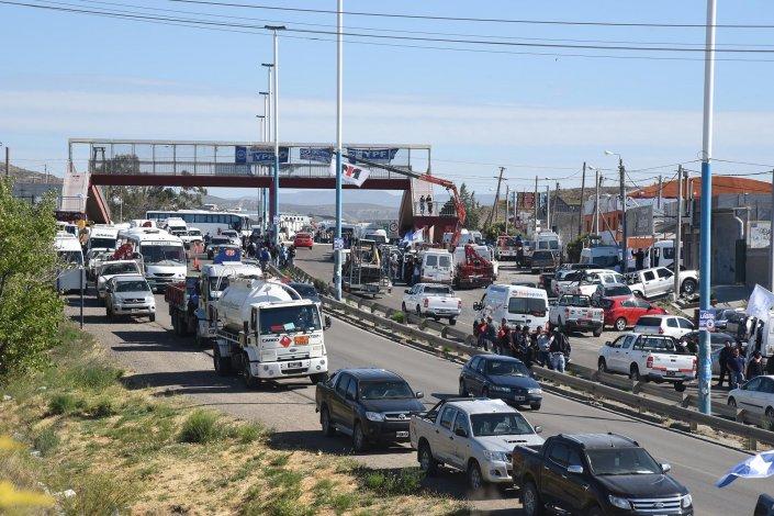 Los petroleros cumplieron ayer su tercer día en las rutas. La movilización fue paralela a las gestiones políticas. Todo transcurrió en armonía.