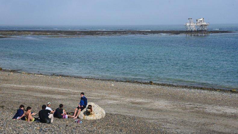 Dos adolescentes salvaron a otro que  se ahogaba en la playa de Kilómetro 5