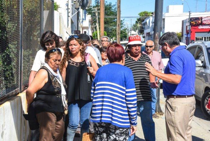 Los jubilados tuvieron que hacer largas filas para retirar sus bonos. Foto: Mauricio Macretti / El Patagónico
