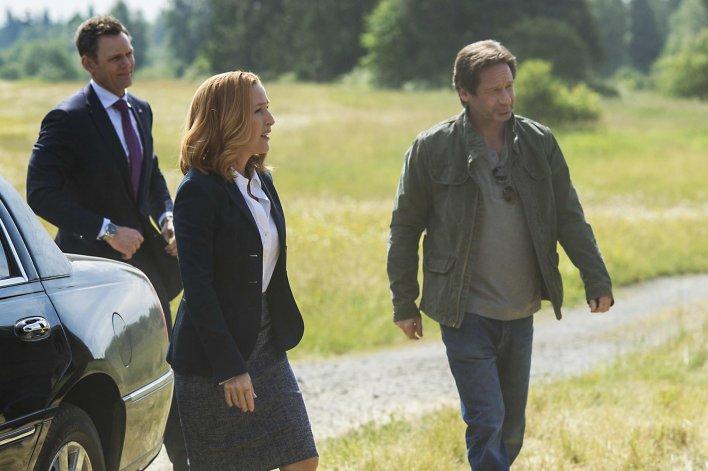 David Duchovny y Gilian Anderson interpretan a los legendarios agentes Mulder y Scully.