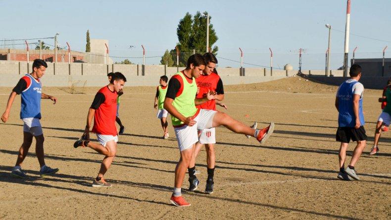 Florentino Ameghino trabajó ayer en su campo de juego y tiene todo listo para el debut del domingo ante el Lobo.