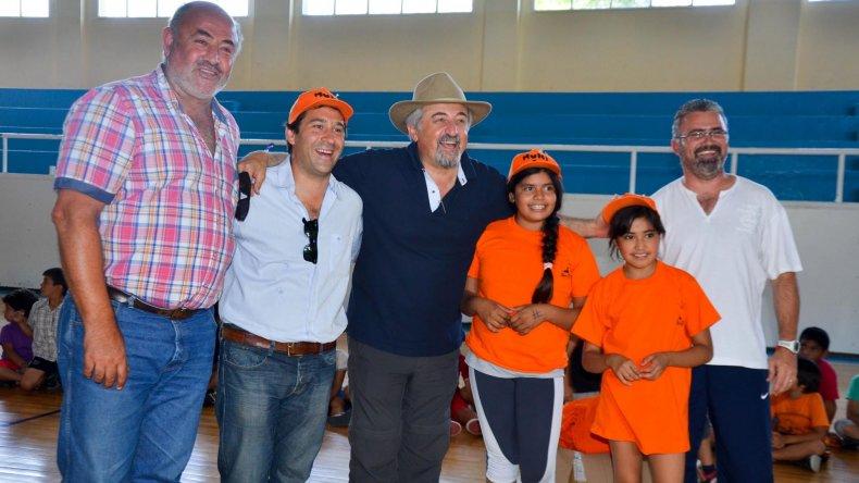 Los niños de las Colonias de Verano recibieron remeras y gorras ayer en el gimnasio municipal 1.
