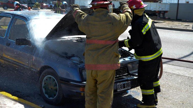 Bomberos sofocaron el incendio en el vehículo que transitaba por Ducós.