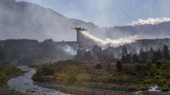 Un avión combate el fuego desatado en el Parque Nacional Los Alerces.