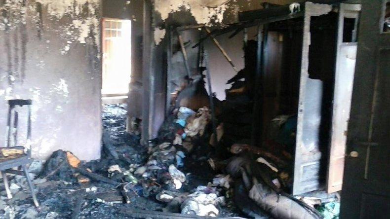 <p>La familia Tardón perdió todo con el incendio. Foto: @pauesquel</p><p></p>