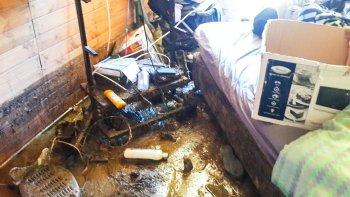 El petróleo se filtró en las viviendas, junto con el agua que cayó en la madrugada.