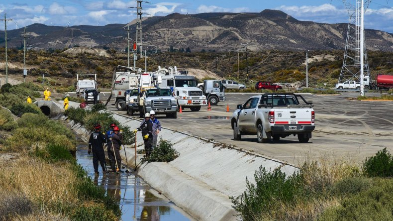 El derrame de petróleo alcanzó a viviendas del sector. Mientras Provincia investiga