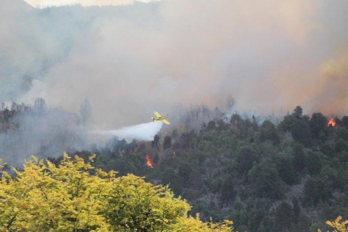 El incendio del Parque Nacional Los Alerces consumió una vivienda y dejó hasta el momento más de diez familias evacuadas.