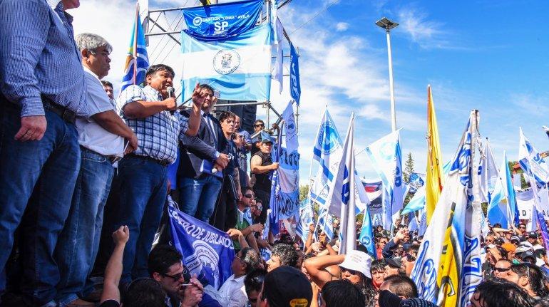 Los sindicatos se oponen a resignar horas extras y regalías