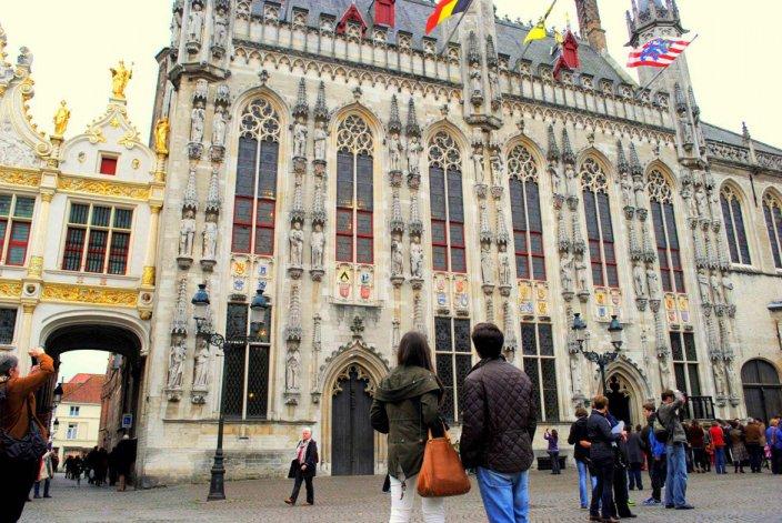 En la plaza Burg se destaca el majestuoso edificio municipal que alberga fascinantes rincones por descubrir.