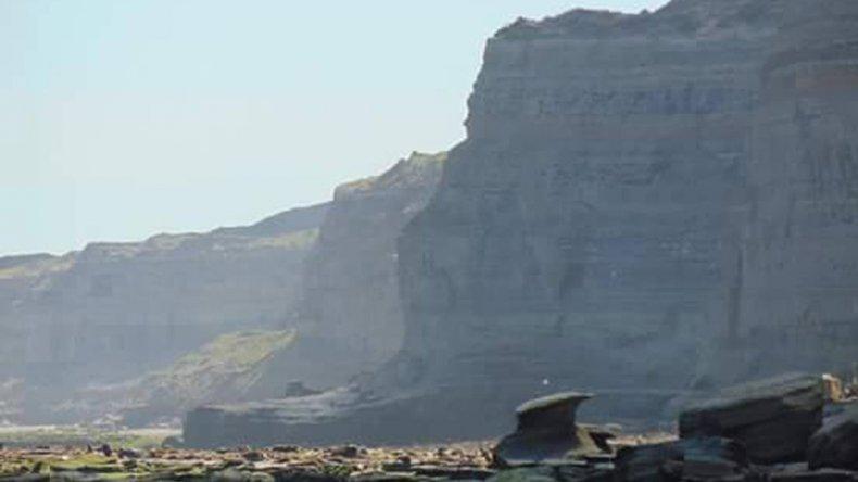 La playa está protegida por acantilados de hasta 50 metros de altura