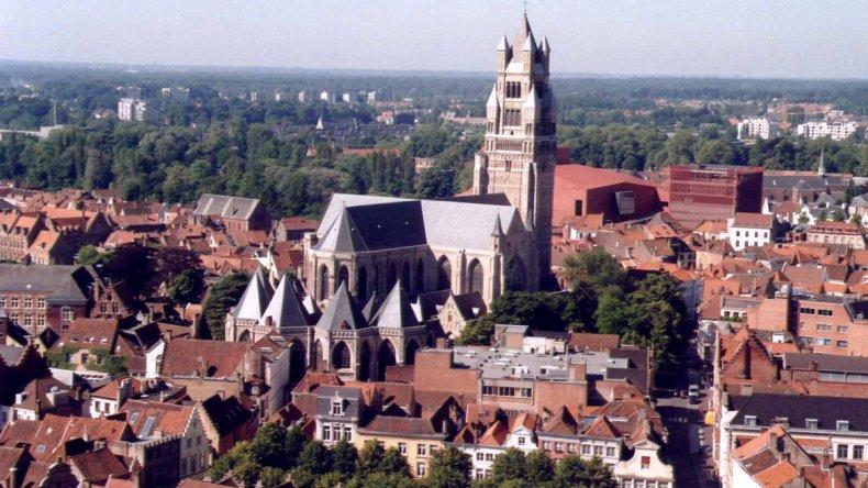 Brujas es una pequeña ciudad que parece salida de un cuento de hadas y que ha sabido posicionarse como punto turístico.