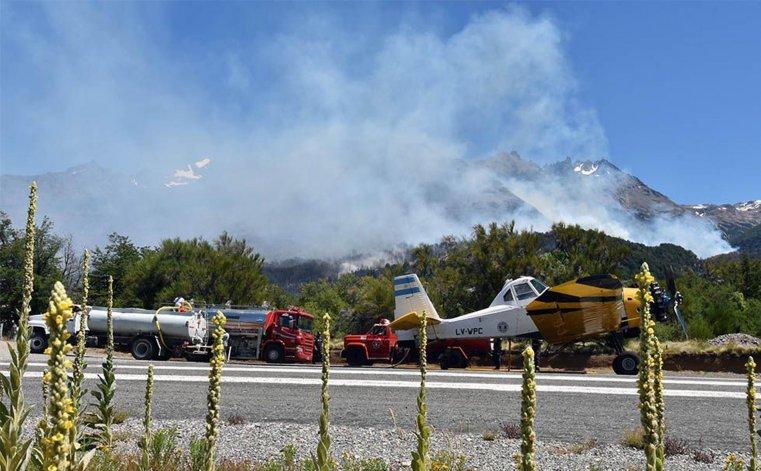 Los equipos con los que se combate el incendio por tierra y aire.
