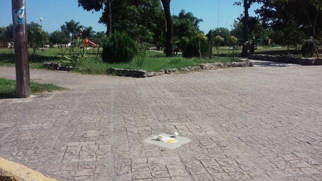 Un intendente cocinó un huevo frito sobre el pavimento
