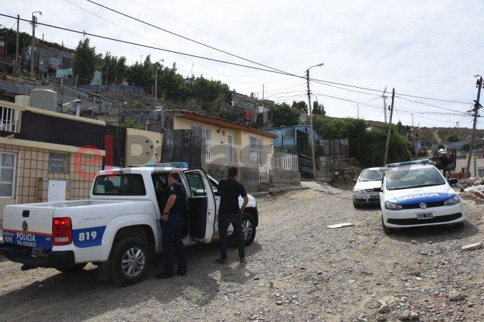 Encontraron una mujer muerta en su casa del barrio Pietrobelli. Foto: Mauricio Macretti / El Patagónico.