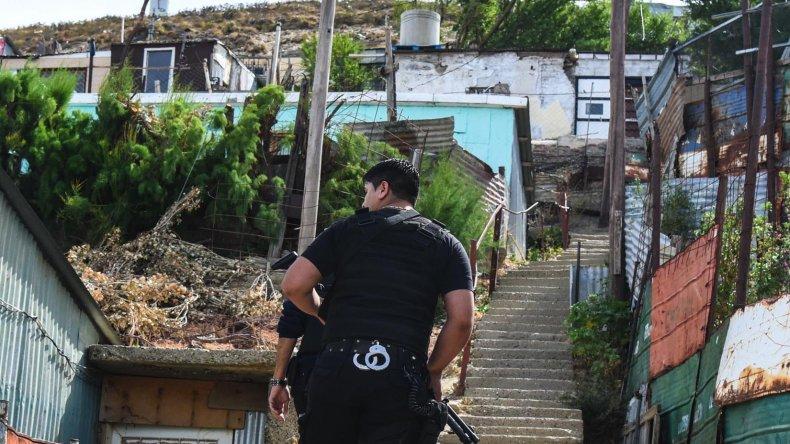 Los efectivos de la Seccional Segunda ayer por la mañana realizaron diligencias en la casa donde apareció muerta Valeria Vivar.