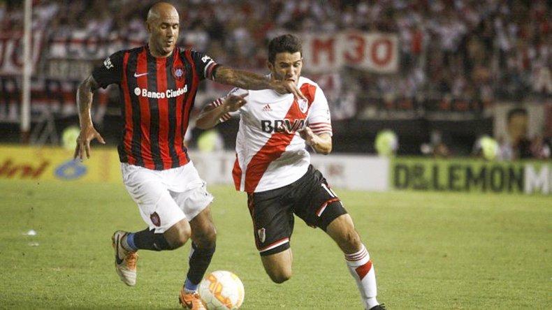 Juan Mercier disputa el balón con Camilo Mayada en un duelo entre San Lorenzo y River.