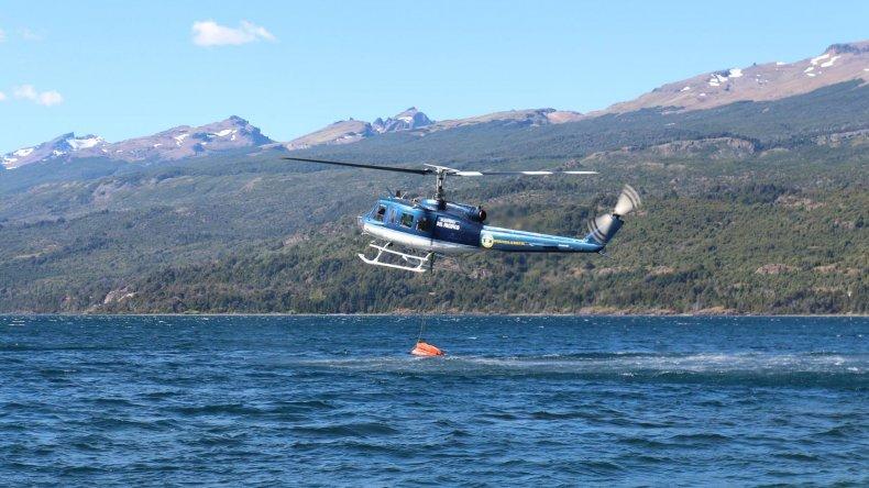 La tarea de los helicópteros y aviones hidrantes para combatir el fuego en Trevelin y Los Alerces.