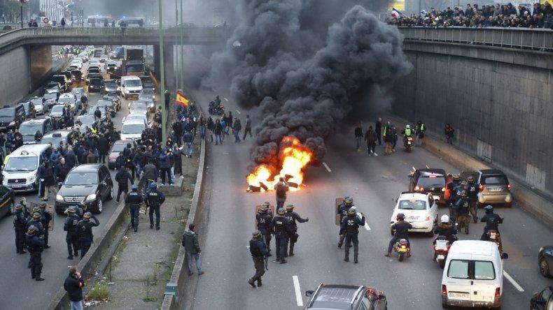 Los taxistas bloquearon las principales rutas y accesos a los aeropuertos en Francia.