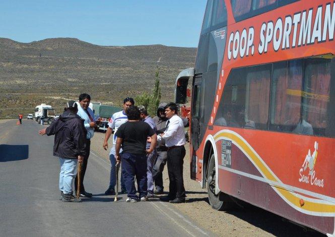 En los piquetes de Caleta Olivia los desocupados de la construcción inspeccionan micros de transporte de pasajeros para impedir que en los mismos viajen trabajadores petroleros.