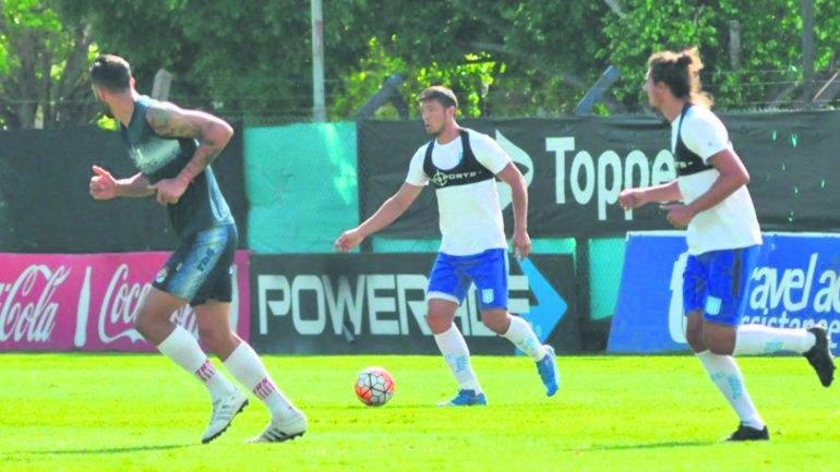 El defensor Sergio Vittor se lleva el balón en el partido que Racing empató sin goles con Arsenal.