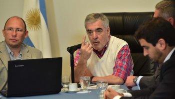 El gobernador del Chubut, Mario Das Neves, denunció ayer una serie de irregularidades administrativas que totalizaron más de 100 millones de pesos.