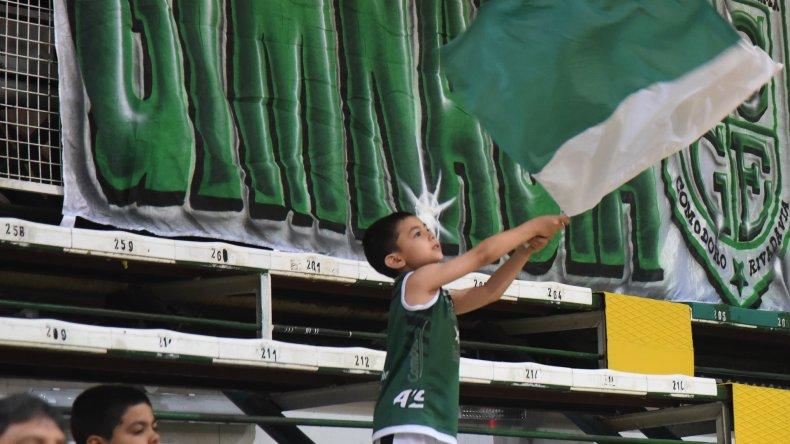 Emotivo banderazo de despedida a Gimnasia Indalo. Foto: Mauricio Macretti / El Patagónico