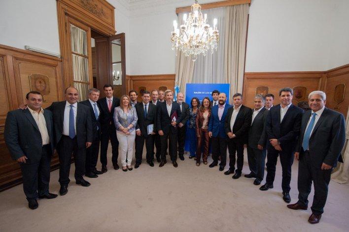 Los funcionarios nacionales junto a los gobernadores peronistas en el encuentro de ayer.