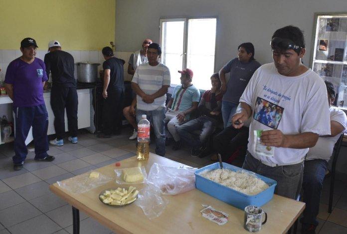 Decenas de desocupados del ámbito de la construcción acuden diariamente al comedor de la UOCRA en Caleta Olivia.