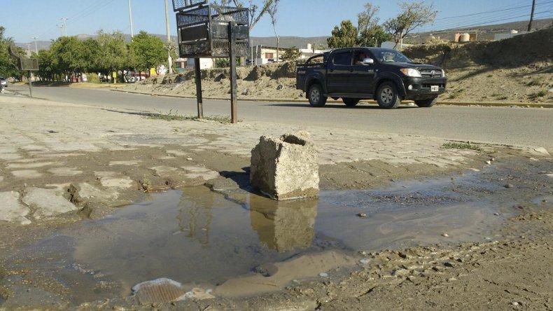 El hilo de agua sale desde la vereda hasta la calle Pensamientos